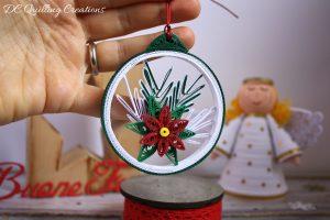 pallina natalizia con stella di natale e abete