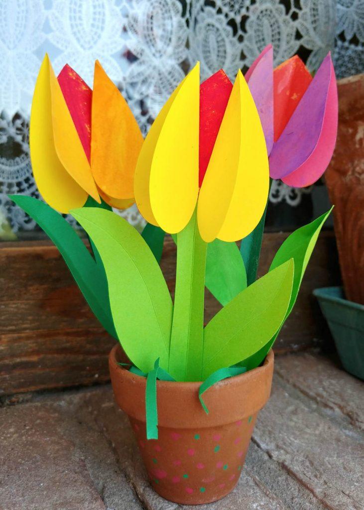 vasetto con tulipani di carta per bambini