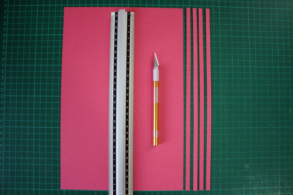 strisce di carta per quilling con il cutter